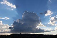 Una grande nuvola oltre la città fotografie stock