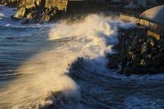 Una grande onda durante la tempesta a Genova nel dicembre 2011 immagini stock