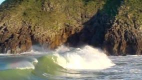 Una grande onda nella baia stock footage