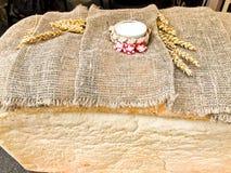 Una grande, pagnotta rettangolare enorme di pane integrale con una crosta e di sale casalinghi e casalinghi bianchi Tradizione ru immagine stock