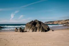 Una grande pietra sull'oceano Fotografia Stock