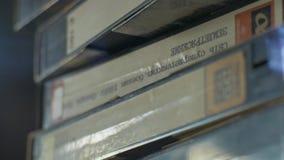 Una grande pila di VHS stock footage