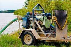 Una grande pompa idraulica sul lato di un fiume fotografia stock