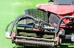Una grande ruota del trattore dell'erba Fotografia Stock