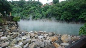 Una grande sorgente di acqua calda nebbiosa immagine stock