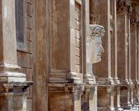 Una grande statua della testa del marmo dell'imperatore Caesar Augustus nella corte fotografia stock