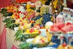 Una grande tavola in pieno dei frutti Immagini Stock Libere da Diritti
