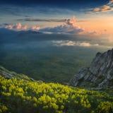 Una grande vista della valle dell'alta montagna con le nuvole variopinte Immagini Stock Libere da Diritti