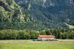Una granja bávara vieja en las montañas bávaras, Baviera del sur, Alemania S imagen de archivo