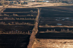 Una granja con los campos arados Fotos de archivo