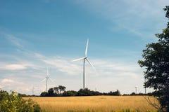 Una granja de la turbina de viento en un campo rural fotos de archivo libres de regalías