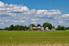 Una granja en Ohio meridional cerca de la ciudad del plan Imagen de archivo libre de regalías