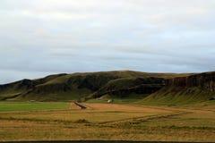 Una granja hermosa en el paisaje inhospitalario de Islandia foto de archivo