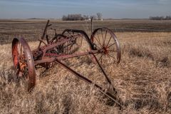 Una granja y un equipo descuidados viejos a partir de los mediados del siglo XX adentro imagen de archivo libre de regalías