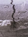 Una grieta en la nieve Foto de archivo libre de regalías