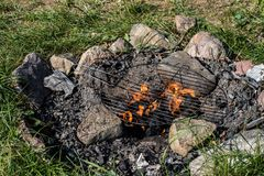 Una griglia calda per grigliare Griglia sistemata sulla pietra tre fotografia stock libera da diritti