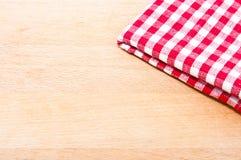 Una griglia rossa e bianca del panno su un tagliere Fotografia Stock