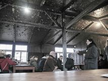 Una guía que explica a la gente dentro de uno de los cuarteles donde RRPP fotografía de archivo