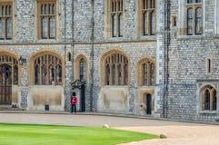 Una guardia reale al castello in uniforme rossa fotografia stock
