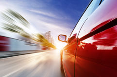 Una guida di veicoli su un'autostrada alle alte velocità Fotografia Stock Libera da Diritti