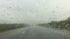 Una guida di veicoli sulla superstrada con pioggia persistente video d archivio