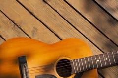 Una guitarra acústica clásica sola fotos de archivo