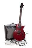 Una guitarra eléctrica y un amperio en un fondo blanco con el espacio de la copia Imagen de archivo