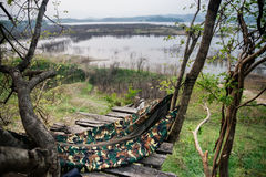 Una hamaca de la selva cuelga entre los árboles en el andamio de madera Imágenes de archivo libres de regalías