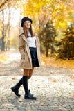Una hembra bastante adolescente en un parque del otoño Foto de archivo libre de regalías