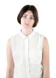 Una hembra de la oficina aislada en un fondo blanco Una señora triste Una mujer decepcionada Una muchacha morena que lleva la rop Fotos de archivo