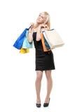 Una hembra joven que presenta con los bolsos de compras Imagen de archivo libre de regalías