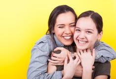 Una hermana más grande está abrazando el más joven Imagen de archivo