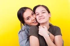 Una hermana más grande está abrazando el más joven Imagenes de archivo
