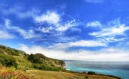 Una hermosa vista de la costa costa de California a lo largo del camino 1 del estado - los E.E.U.U. fotografía de archivo