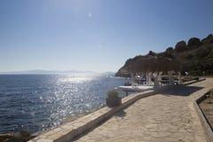 Una hermosa vista de la costa de mar y de una casa de planta baja blanca con vagos Imágenes de archivo libres de regalías