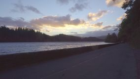 Una hermosa vista de la puesta del sol, apenas algunos minutos antes de la hora mágica almacen de metraje de vídeo