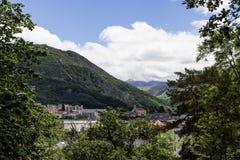 Una hermosa vista de las montañas Hautes los Pirineos Lourdes, Francia Imágenes de archivo libres de regalías