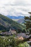 Una hermosa vista de las montañas Hautes los Pirineos Lourdes, Francia Fotografía de archivo libre de regalías