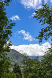 Una hermosa vista de las montañas los Pirineos En mayo de 2017 Lourdes, Francia Fotografía de archivo libre de regalías