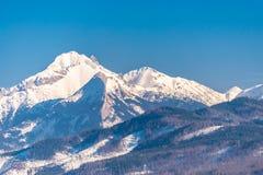 Una hermosa vista de las montañas polacas de Tatra Día soleado, hermoso en el invierno, montañas coronadas de nieve y cielo azul fotos de archivo