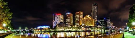 Una hermosa vista de Melbourne céntrica a través del río de Yarra en foto de archivo libre de regalías