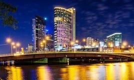 Una hermosa vista de Melbourne céntrica a través del río de Yarra en foto de archivo