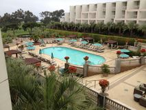 Una hermosa vista de un parque del golf y de un hotel foto de archivo libre de regalías