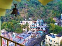 Una hermosa vista del templo y de algunas casas en el valle fotografía de archivo libre de regalías