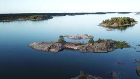 Una hermosa vista, isla Enharunar, sobre las islas aquí en el archipiélago de Finlandia metrajes