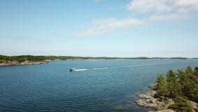 Una hermosa vista, isla Enharunar, sobre las islas aquí en el archipiélago de Finlandia almacen de metraje de vídeo