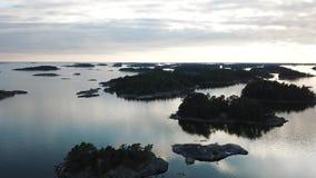 Una hermosa vista, isla Enharunar, sobre las islas aquí en el archipiélago de Finlandia almacen de video