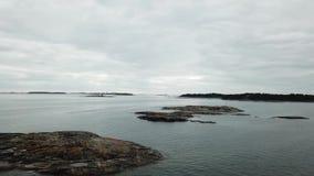 Una hermosa vista, isla Västerlandet, sobre las islas aquí en el archipiélago de Finlandia almacen de video