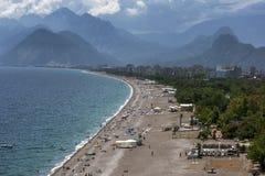 Una hermosa vista que mira abajo de la playa Konyaalti Plaji en Antalya en Turquía Imágenes de archivo libres de regalías