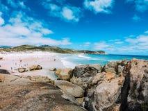 Una hermosa vista que pasa por alto la playa chillona fotografía de archivo libre de regalías